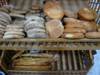 100428スーパーのパン.JPG