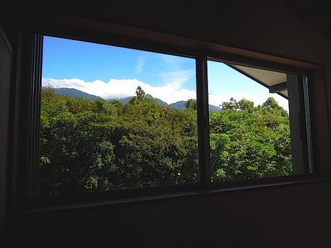 20130919とーだ家階段上窓からの山.JPG